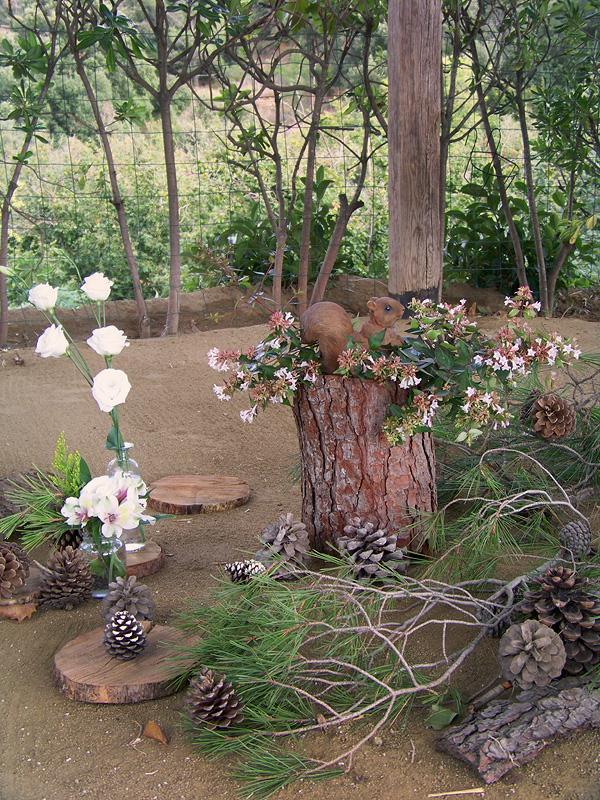 piñas, troncos y flores